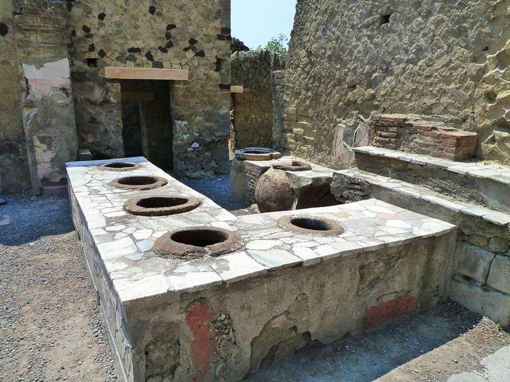 Il thermopolium era un luogo di ristoro in uso nell'antica Roma, dove era possibile acquistare e consumare bevande calde e a volte anche cibo pronto per il consumo.